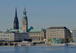 City Hall nearby the River Alster (c) Christian Spahrbier